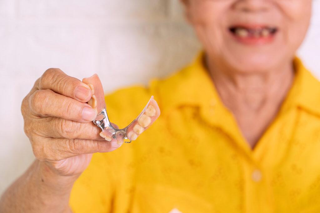 คลินิก-ทันตกรรม-ดิไอวรี่-ฟันปลอมถอดได้-คนสูงอายุ